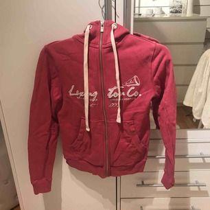 Rosa hoodie från lexington. Storlek XS, säljer för 115kr. Endast använd ett fåtal gånger så den är i väldigt bra skick. Du står för frakt om du inte har möjlighet att mötas upp i Stockholm.