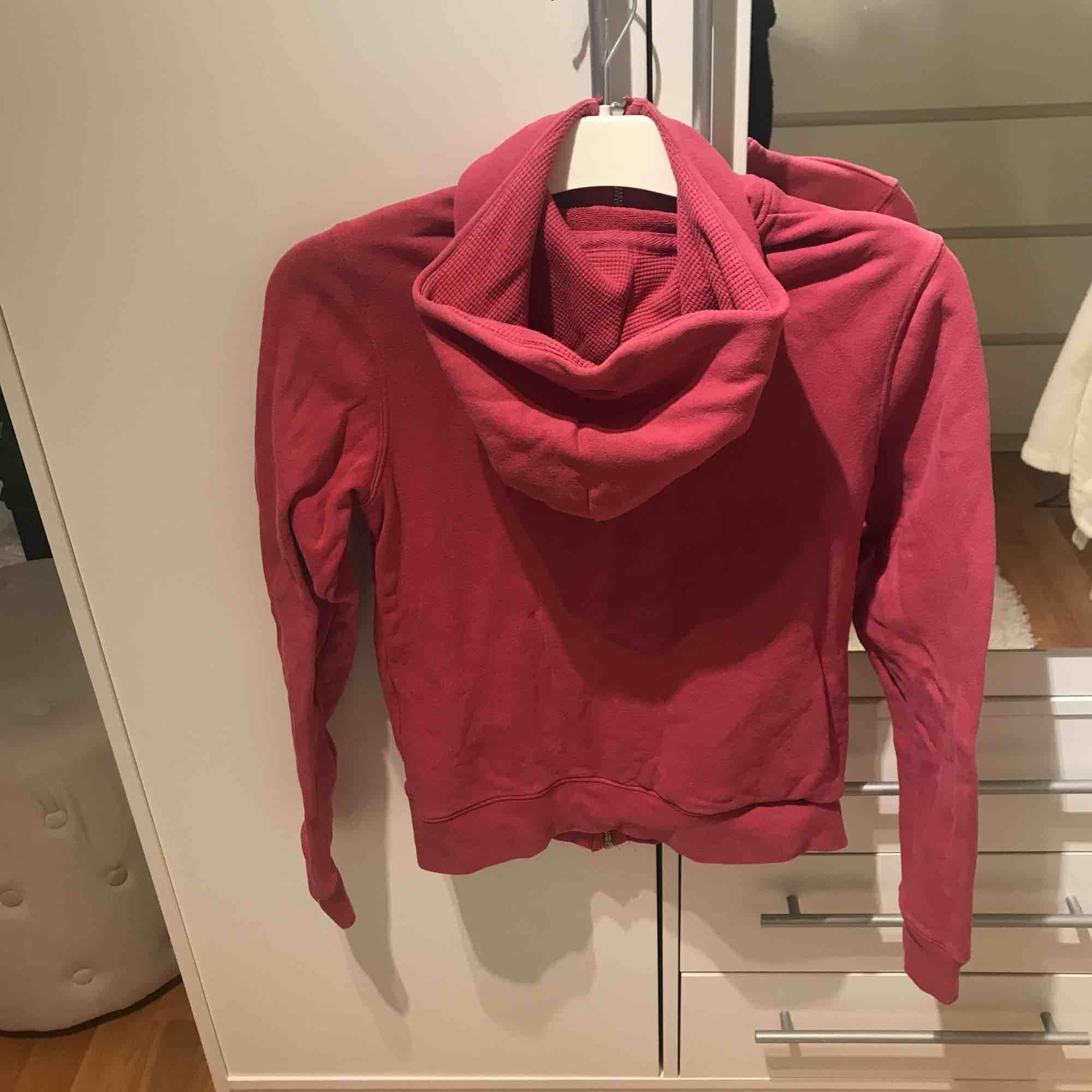 Rosa hoodie från lexington. Storlek XS, säljer för 115kr. Endast använd ett fåtal gånger så den är i väldigt bra skick. Du står för frakt om du inte har möjlighet att mötas upp i Stockholm.. Huvtröjor & Träningströjor.