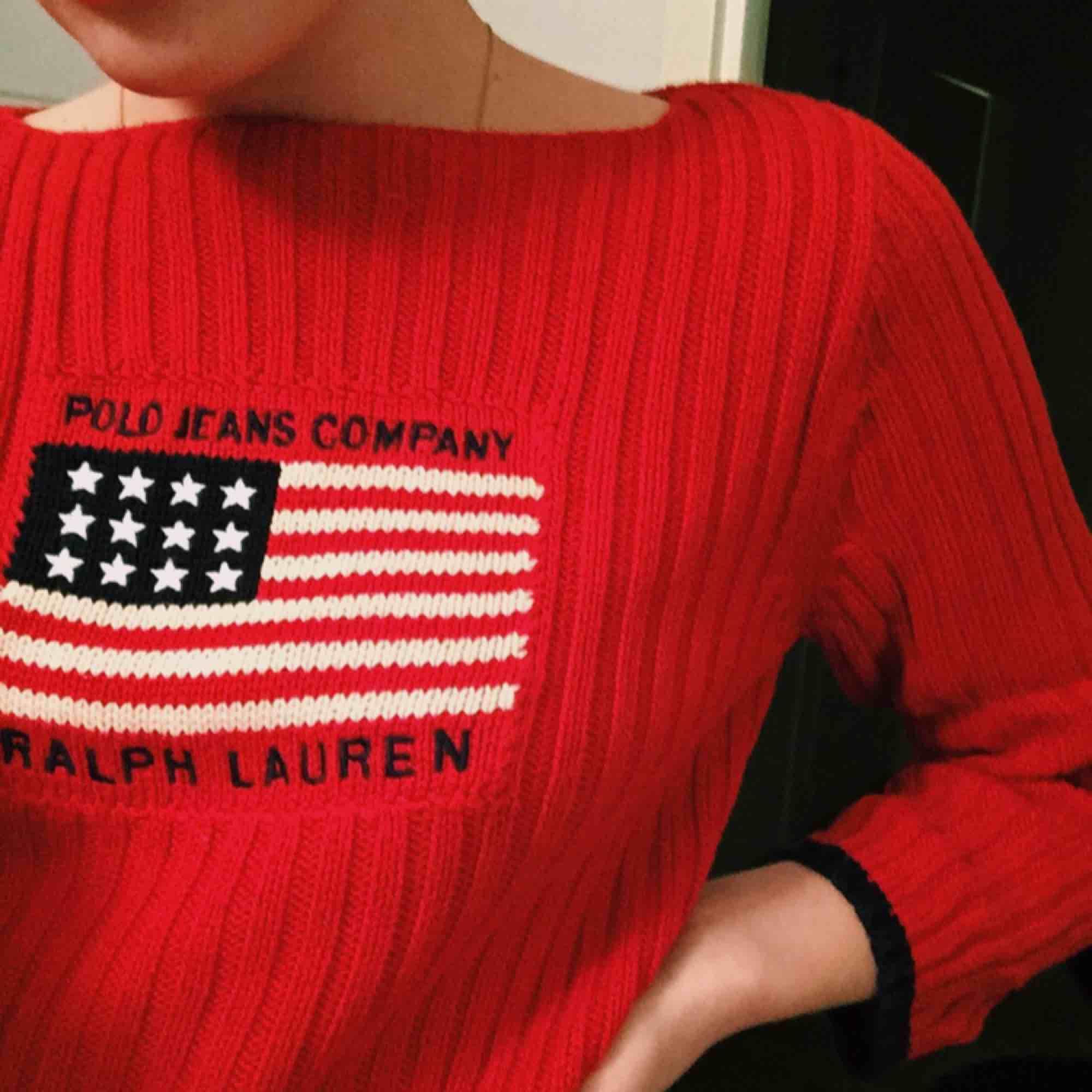 Ralph Lauren röd stickad tröja  Ej använd Storlek S, lite kortare i armarna Ordinarie pris, 1200kr, nu 500 . Stickat.