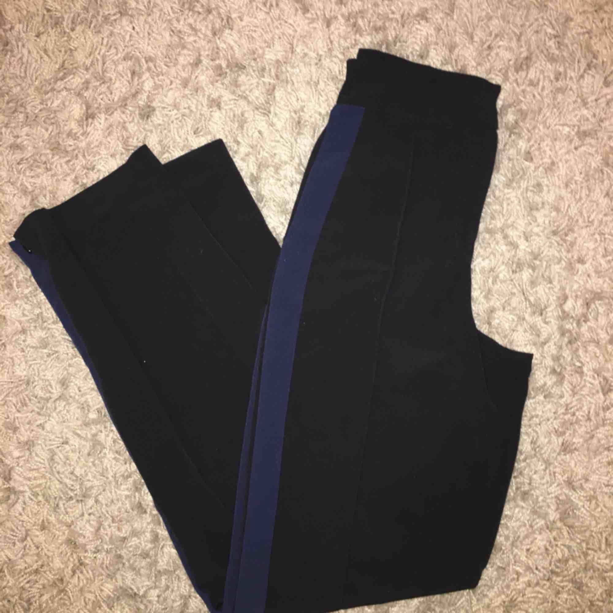 Snygga raka kostymbyxor köpta på Monki! Säljer pga för stora i midjan på mig;-( fint skick utan en endaste skråma! Frakt: 55 kr:-) . Jeans & Byxor.
