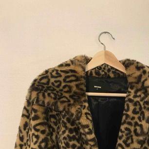 Jättefin fluffig och mjuk jacka i leopardmönster Mycket bra skick e8cee28f7966a