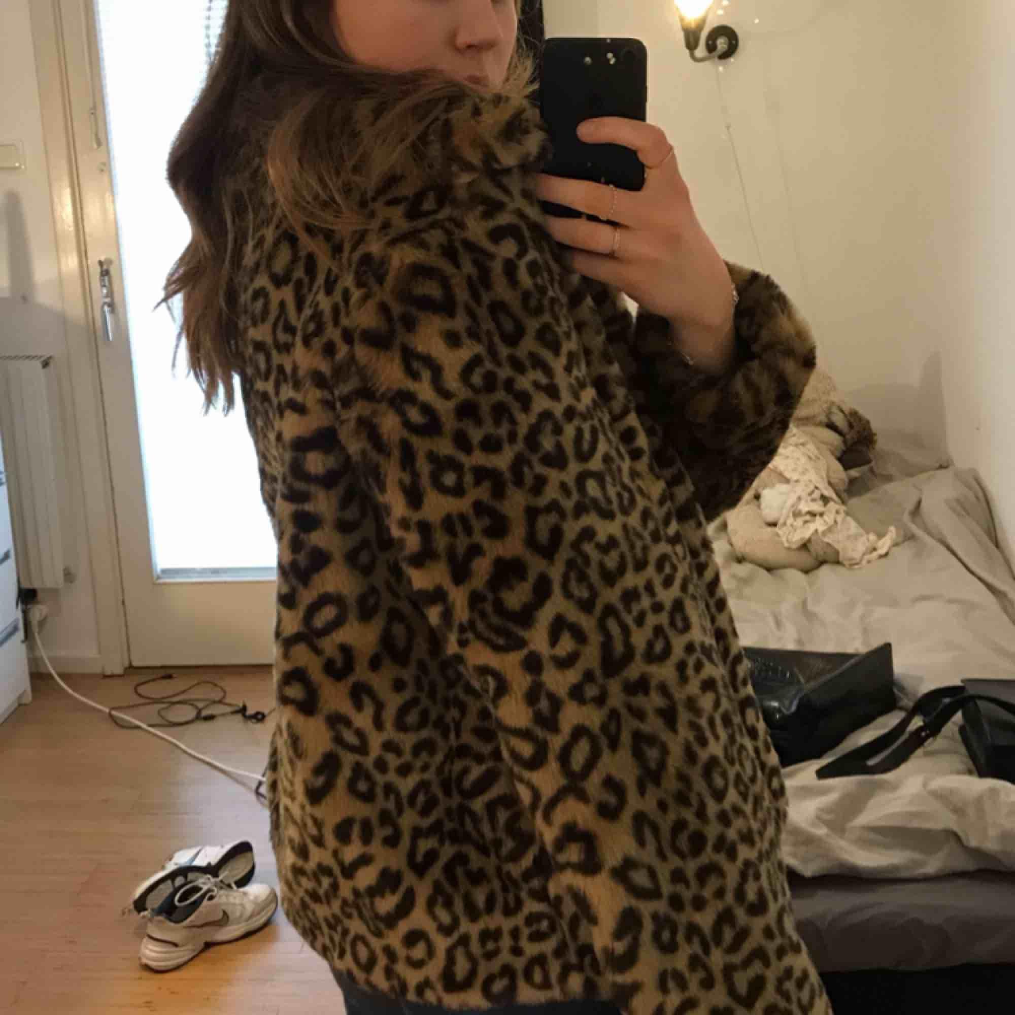 Jättefin fluffig och mjuk jacka i leopardmönster  Mycket bra skick. Jackor.