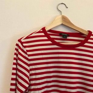Superfin rödvit-randig tröja från Monki I nyskick 57b2fedcf3e0e