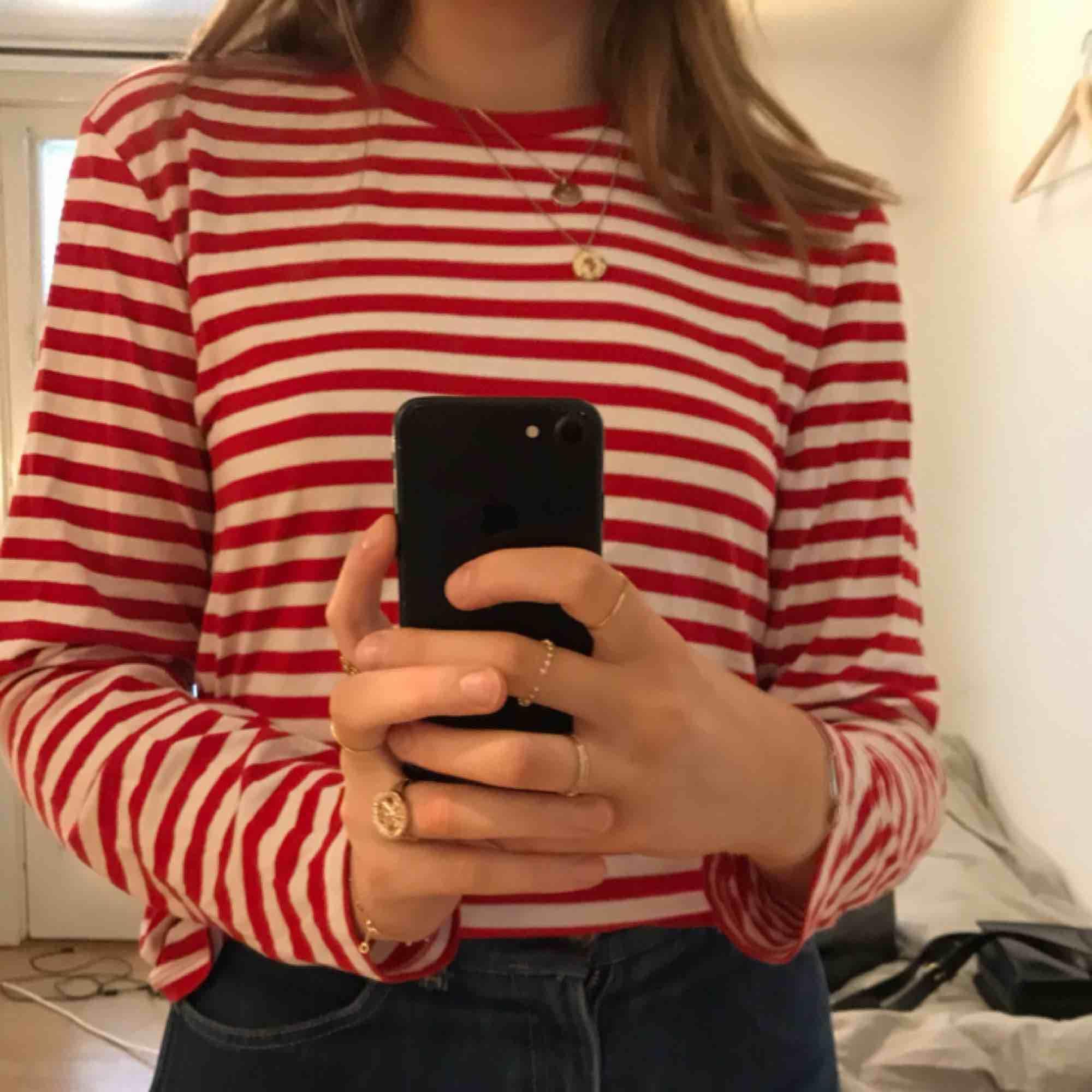 Superfin rödvit-randig tröja från Monki I nyskick. Toppar.