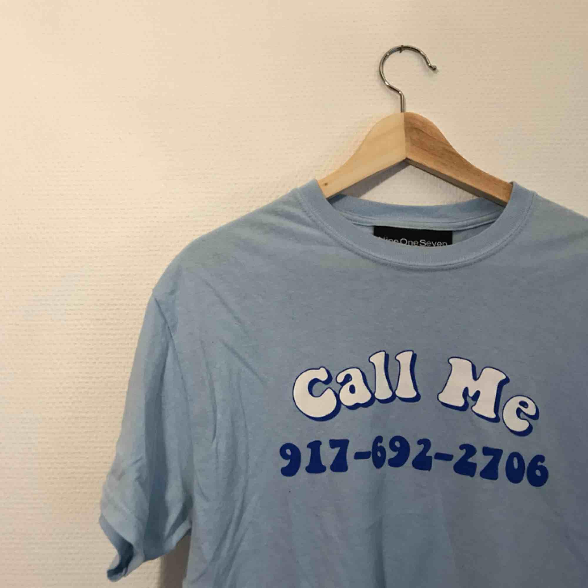 Blå t-shirt från 917, nypris ca 500kr. T-shirts.