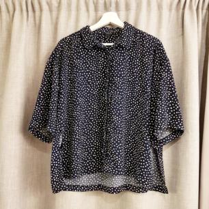 Superfin skjorta från Monki! Mörkblå med prickar. Dolda knappar framtill och slits på båda sidor. Möts upp i GBG eller fraktar (40kr).