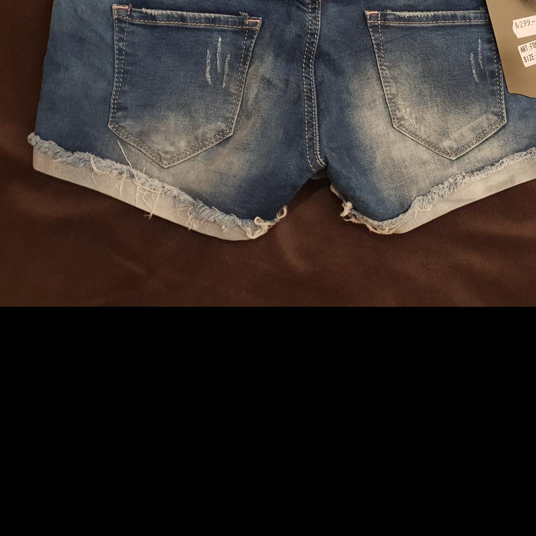 Säljer ett par oanvända shorts med proslapparna kvar. Shorts.