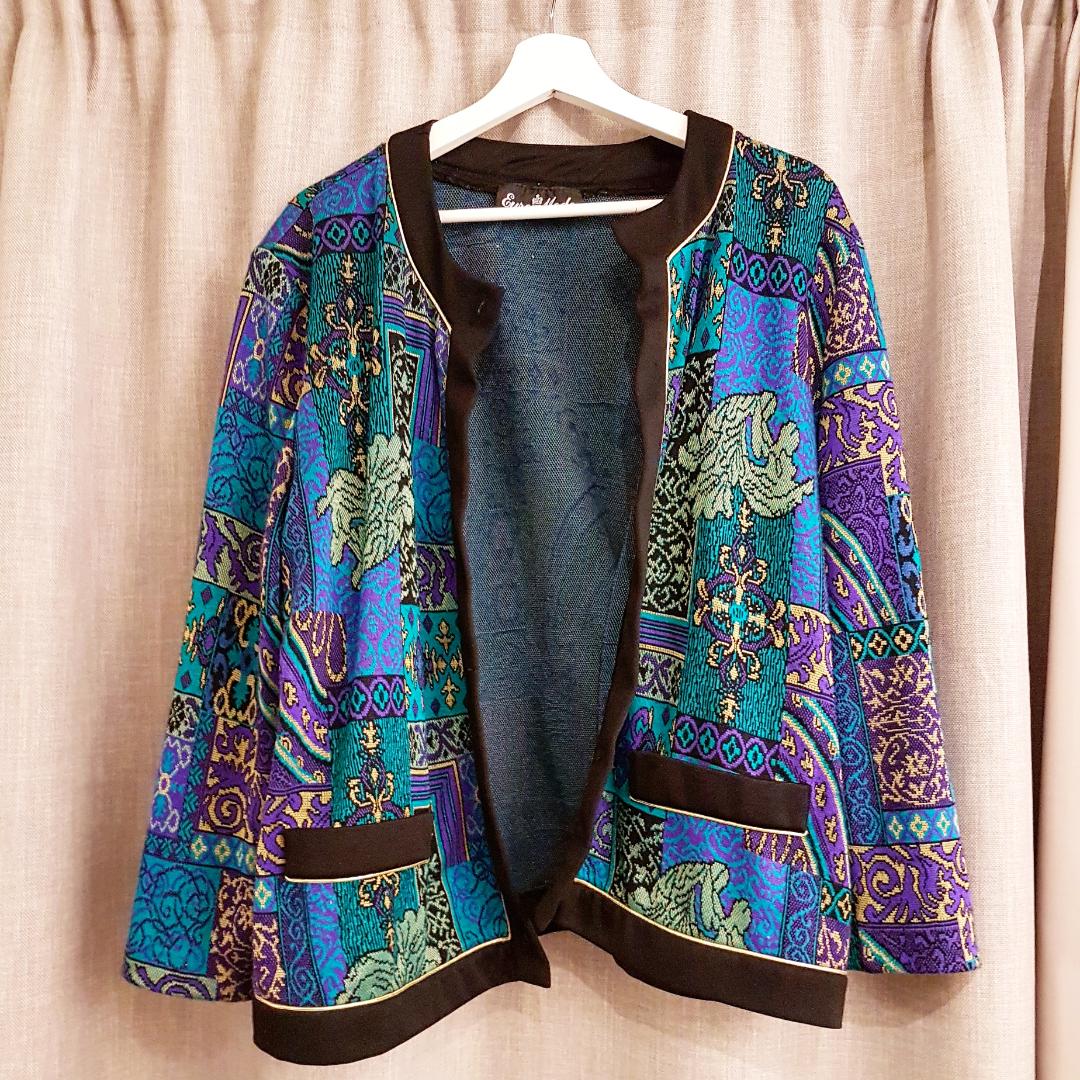 Mönstrad, färgglad kimono/kofta! Står ingen storlek men är typ Medium. Möts upp i GBG eller fraktar (50kr).. Tröjor & Koftor.