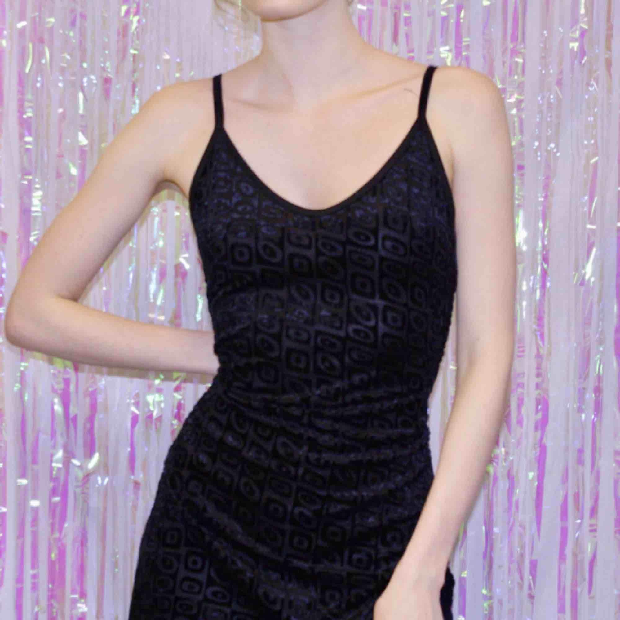 🍒LBD🍒 Fräsigaste lilla svarta med sammets mönster i strl M. Gamal 90-tals pärla från HM. Mjukt tyg i fint skick. Såå fin att styla med chuncky heels. Girl next door vibez only. Frakt tillkommer. puss o K🍒. Klänningar.
