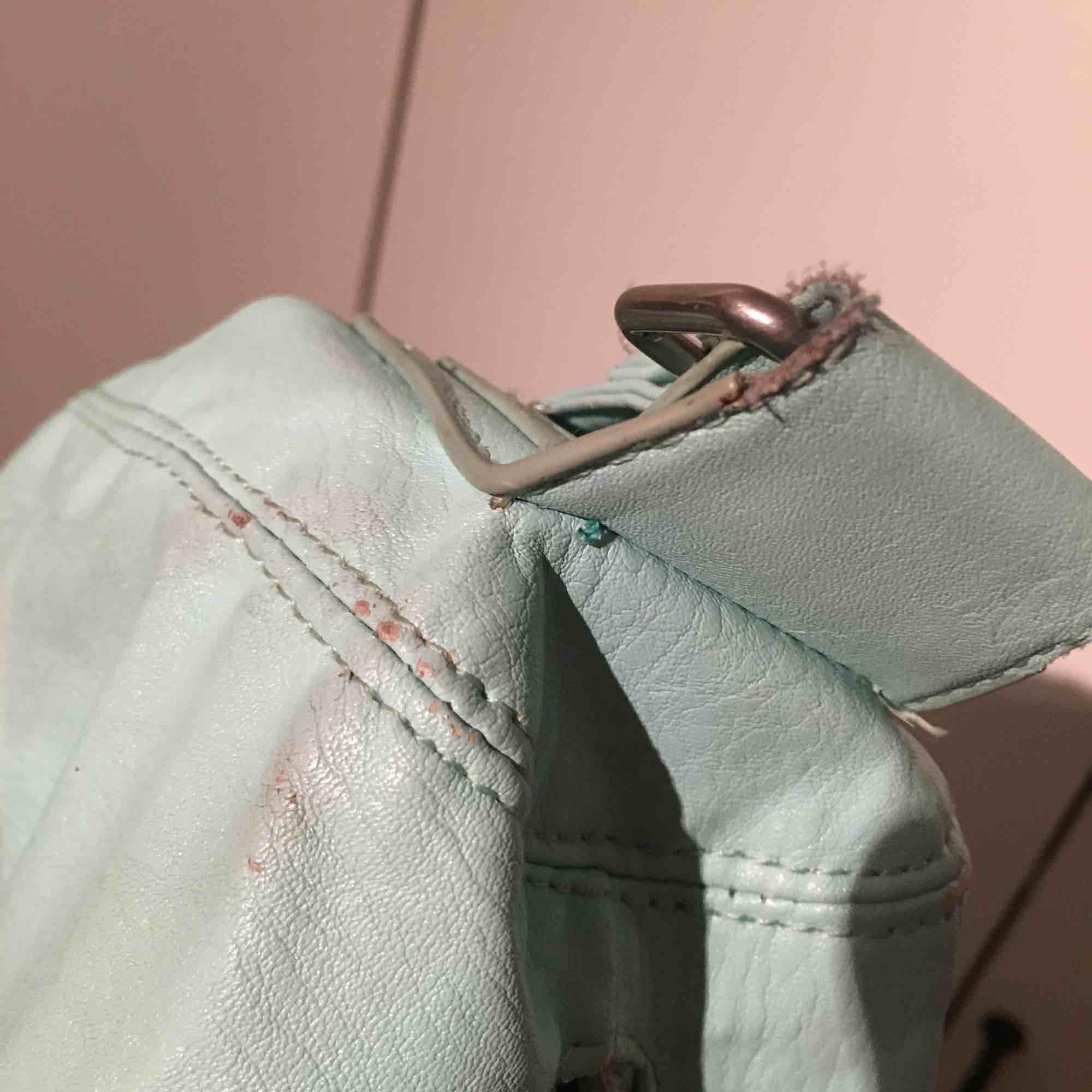 Turkos fakeläder väska. Bra begagnat skick. Någon liten slitning (se bild 3). Prickig insida med tre innerfack (se bild 2).   Mått (cm) 31x45x18. Jag kan posta eller mötas i Uppsala/Täby. Betalning sker genom swish eller kontant.  . Väskor.
