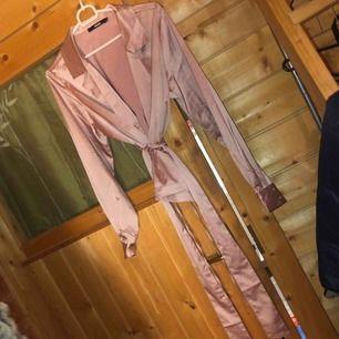 Rosa blus typ, från bikbok helt ny oanvänd! 💋  150kr + frakt 18kr  Möts i Uppsala annars
