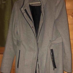 Grå kappa från vero Moda i strl M, nyskick.  Nypris 799kr ungefär, säljer för 400kr. Fraktar för 90kr extra.