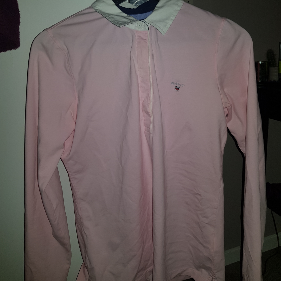 Säljer min gant tröja då jag inte tycker om rosa, använd 1gång 115 + 30kr frakt . Övrigt.