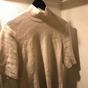 Wool blend High neck sweater från COS. Off white. Strl M