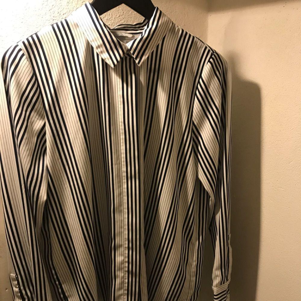 Blåvit randig skjorta från H&M med dolda knappar. Strl S. Skjortor.
