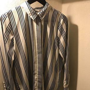 Blåvit randig skjorta från H&M med dolda knappar. Strl S