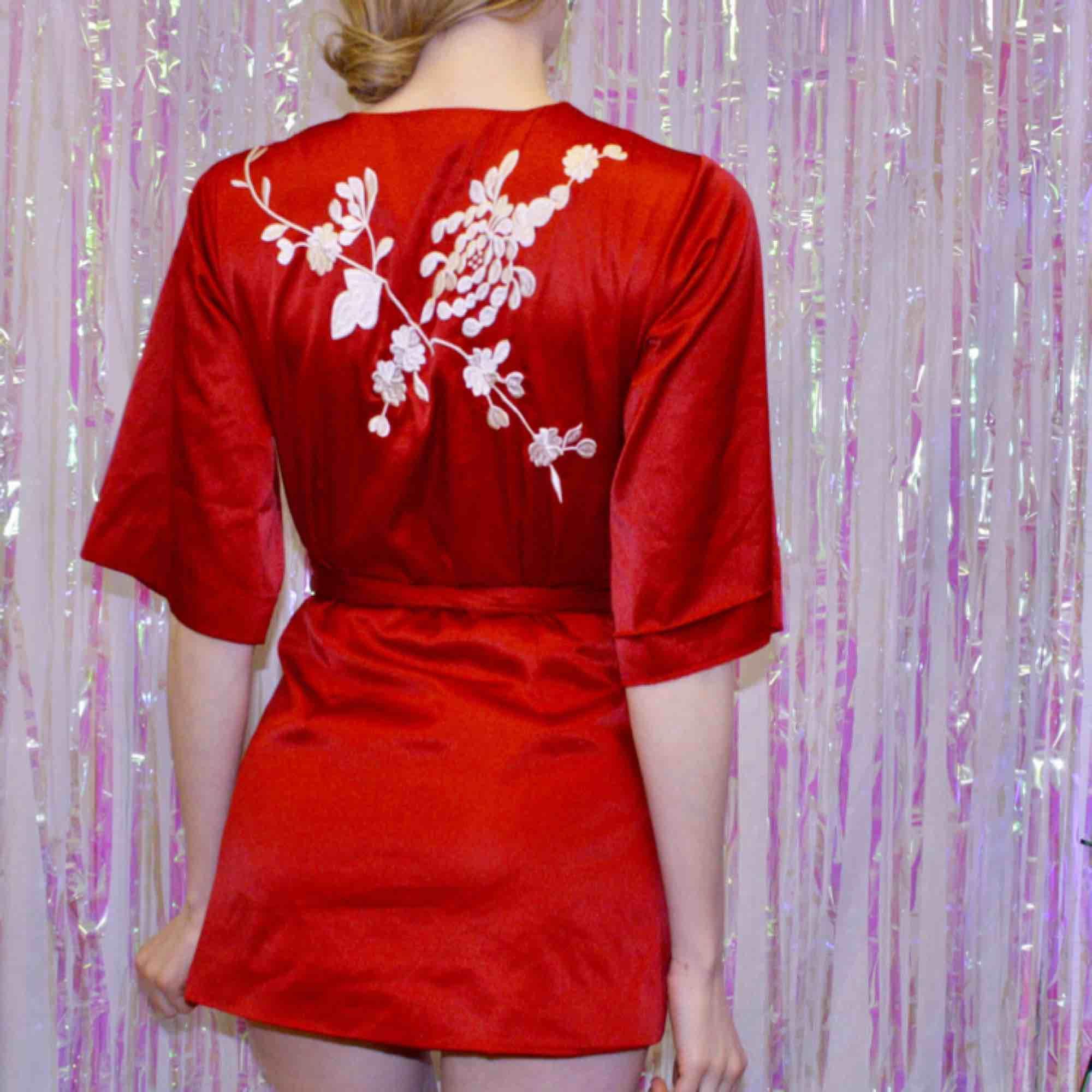 🍒SILKY SMOOTH🍒 Röd topp insilkesliknande material med broderi. Toppen är en omlott topp i str:S. Jag har burit den som klänning men den är väldigt kort. Så fin att styla med sneakers och klackar. Frakt tillkommer. Puss o K🍒. Klänningar.