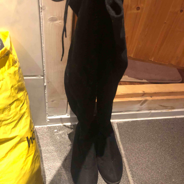 Overknee boots från Nelly strl 37 passar även 38.  100kr fraktar för 28kr . Skor.