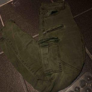 Cargo jeans från Gina i fint skick, strl 36. 200kr fraktar för 28kr.  Snabbköp nu för 200kr inkl frakt