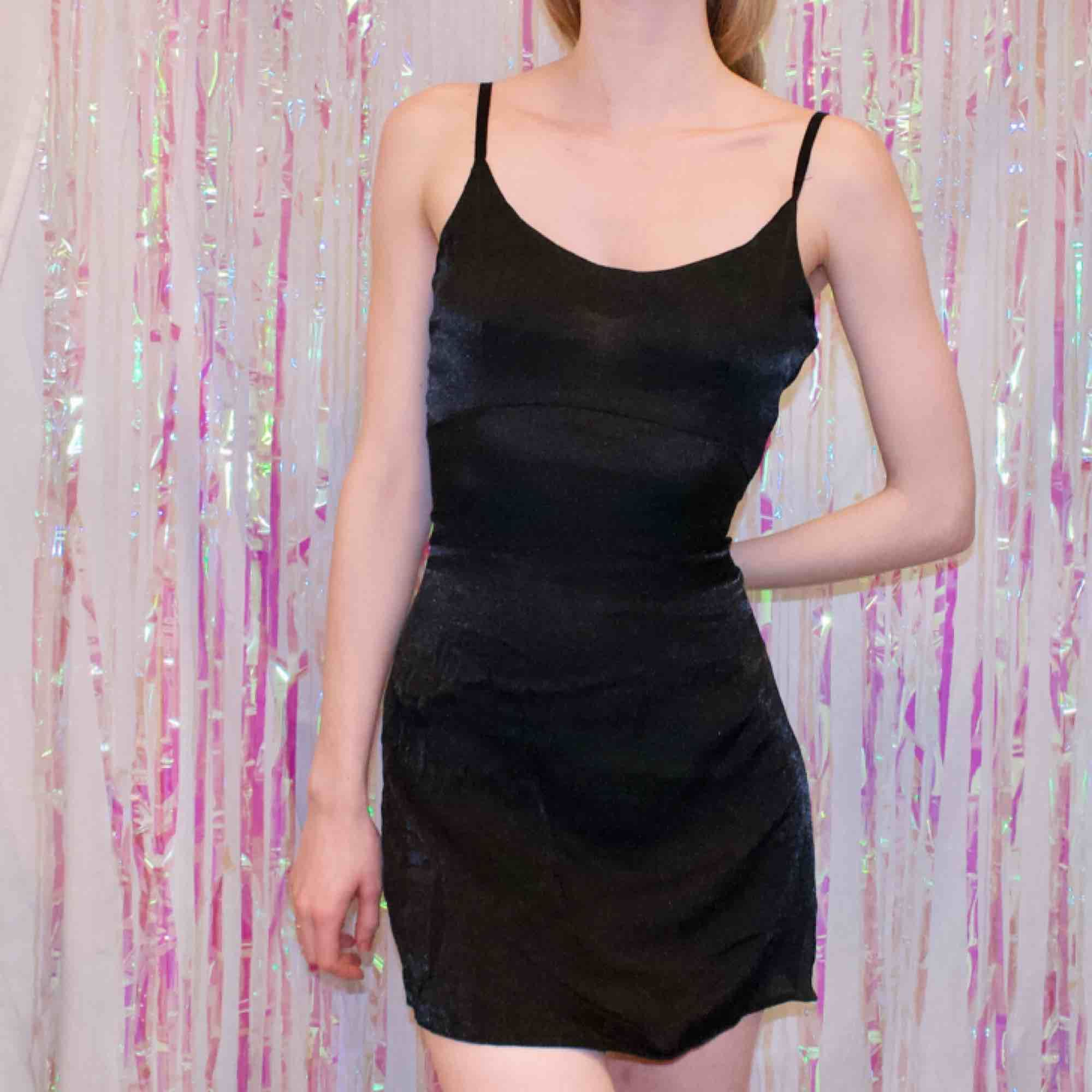 🍒GIRL NEXT DOOR🍒 QT liten minisvart klänning i strl M. 90-tals pärla med glansigt tyg och dragkedja vid ryggen. Ger äkta Rachel i FRIENDZ feeling🎀 frakt tillkommer. Puss o k🍒. Klänningar.