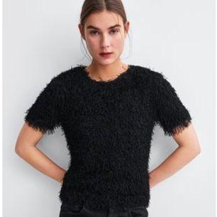 Svart T-shirt med fransar från Zara. Strl S