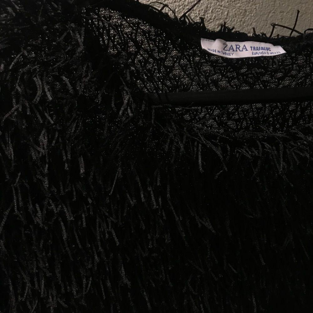 Svart T-shirt med fransar från Zara. Strl S. T-shirts.