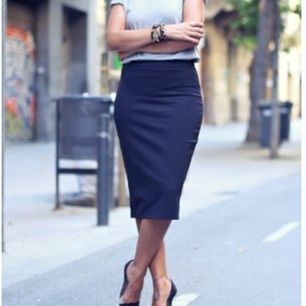 Stretchig mörkblå pennkjol från Zara. Slits bak, dragkedja på sidan. Strl S