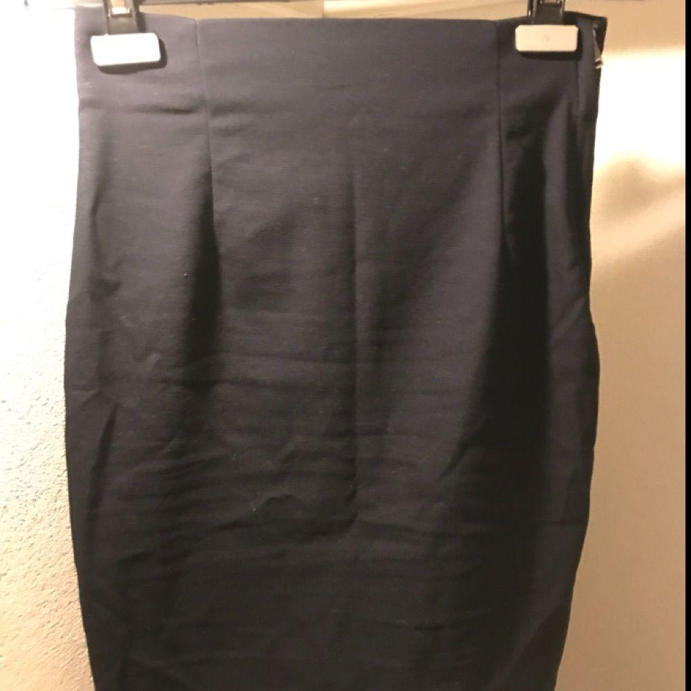 Stretchig mörkblå pennkjol från Zara. Slits bak, dragkedja på sidan. Strl S. Kjolar.