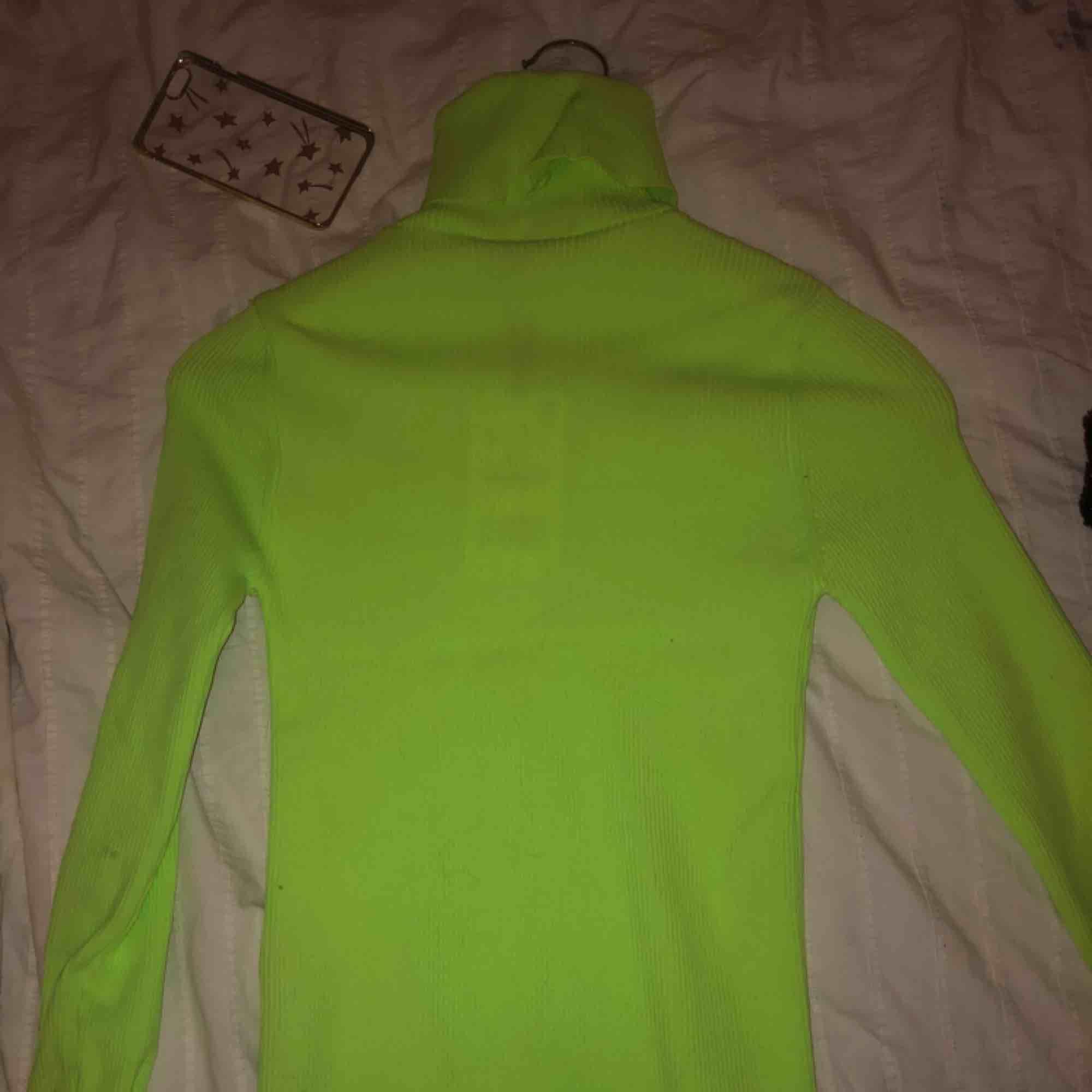 Säljer min helt oanvända neon gröna tröja från zara i storlek S. Prislapp är kvar! . Tröjor & Koftor.