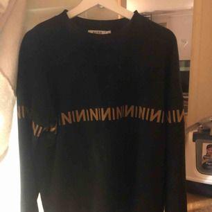 Säljer min jätte sköna college tröja från nakd! Lite Fendi inspirerad, använd typ 2 gånger! Storlek M , passar dock typ alla storlekar beroende på hur man vill att den ska sitta.