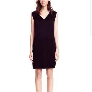 Fin silkig klänning från Filippa K, nypris runt 4000kr. Använd en gång. Mörkblå (inte svart som första bilden).