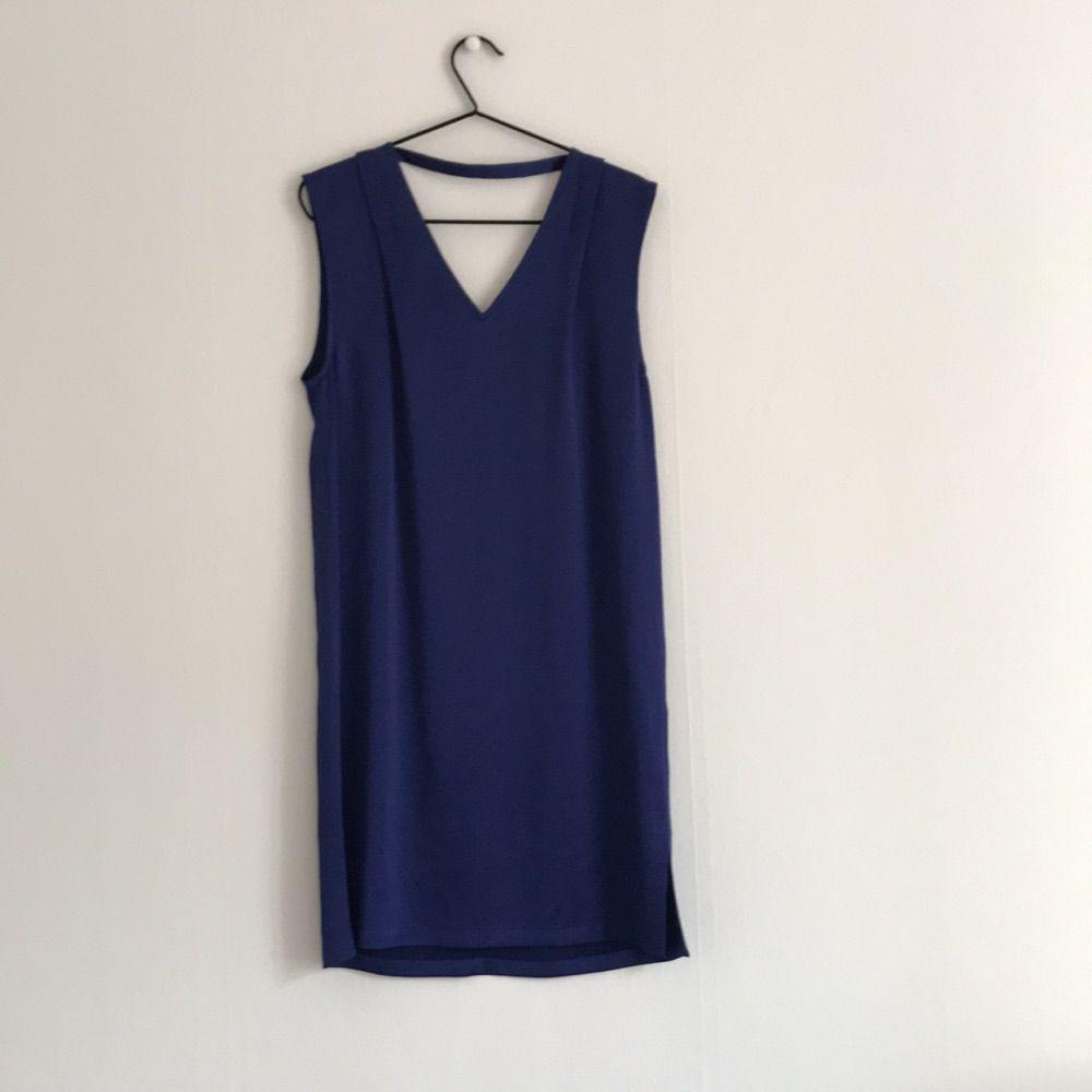 Fin silkig klänning från Filippa K, nypris runt 4000kr. Använd en gång. Mörkblå (inte svart som första bilden). . Klänningar.