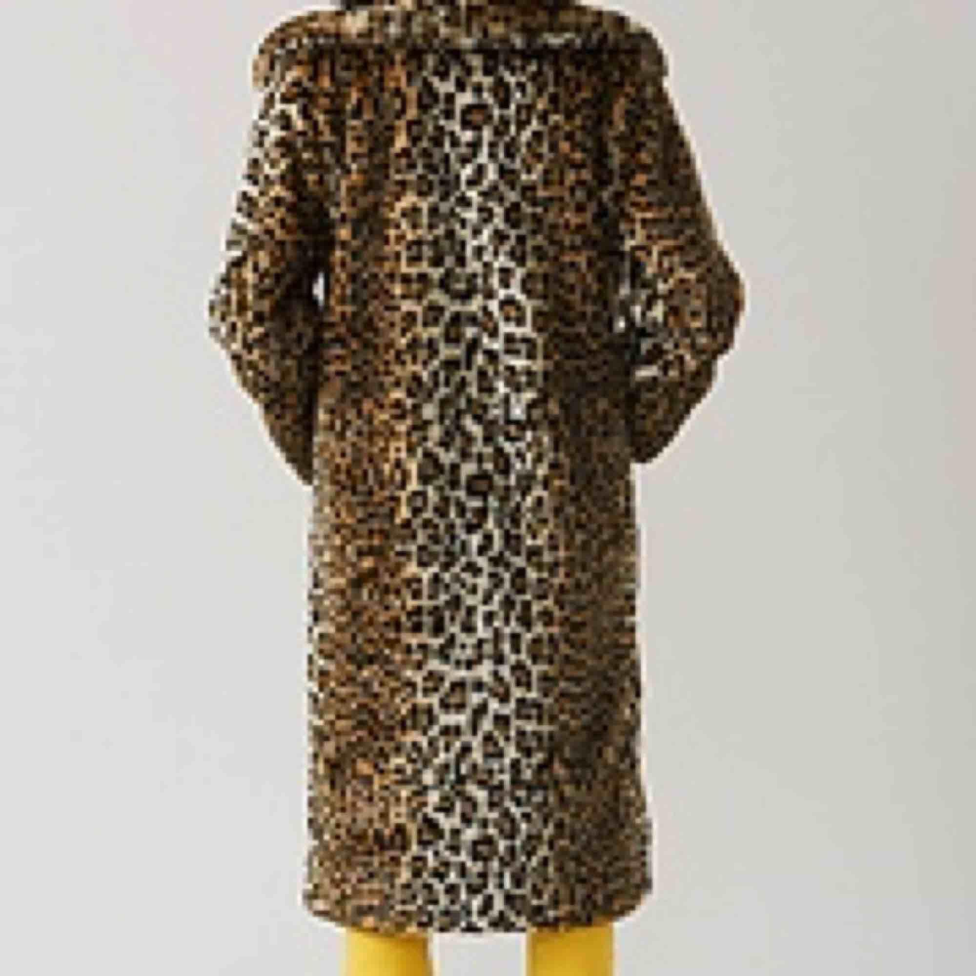 GANNI FERRIS FAUX FUR COAT. Säljer min astuffa Ganni jacka för den används inte. Gult foder, mörkblå  'bomber jacka' och leopard som 'ytterjacka'. Jackor.