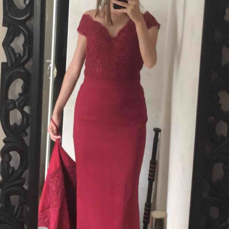 Säljer min fina klänning som endast är använd några timmar!! Klänningen finns i Skövde, men kan fraktas! Priset är 1000kr med storleken 32-34!! . Klänningar.