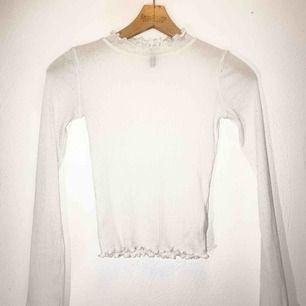 Jättefin vit turtleneck med detaljer vid hals, mage och armar🦋 fraktar & möter upp!