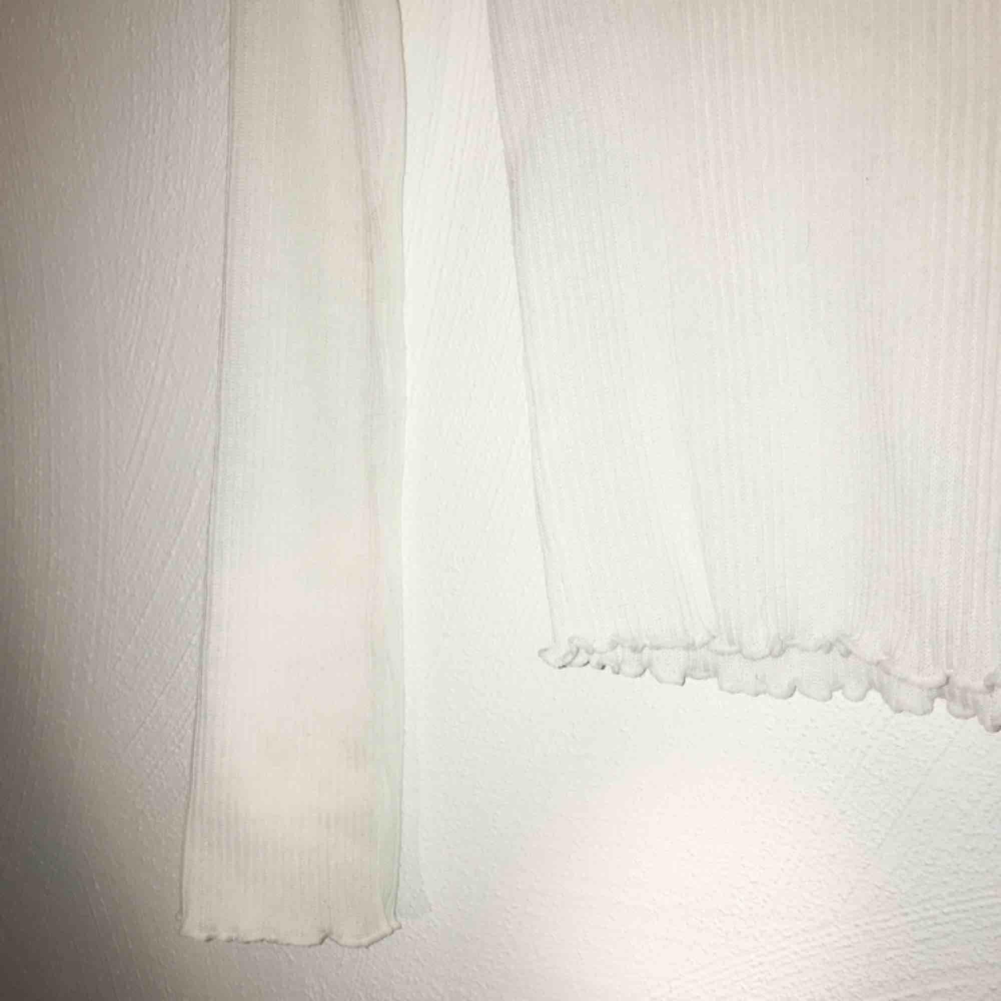 Jättefin vit turtleneck med detaljer vid hals, mage och armar🦋 fraktar & möter upp! . Skjortor.