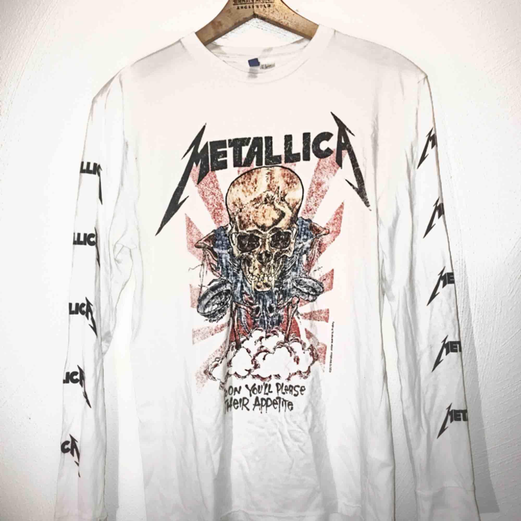Långärmad Metallica-tröja från HM med många fina detaljer. Använd 3-4 gånger så i jättefint skick! 💜  💙Passar både killar & tjejer💙  ☮️Fraktar & möter upp☮️. T-shirts.