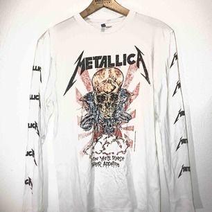 Långärmad Metallica-tröja från HM med många fina detaljer. Använd 3-4 gånger så i jättefint skick! 💜  💙Passar både killar & tjejer💙  ☮️Fraktar & möter upp☮️