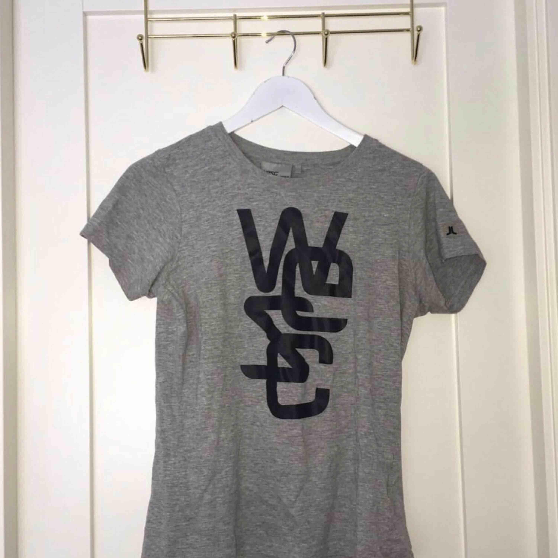 Skulle säga den är som en s, kan fraktas men köparen står för frakten'. T-shirts.