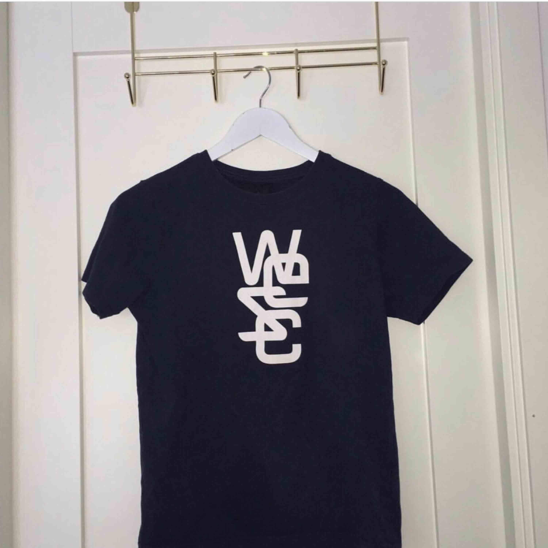 Skulle säga den är som en xs. Kan fraktas men köparen står för frakten . T-shirts.
