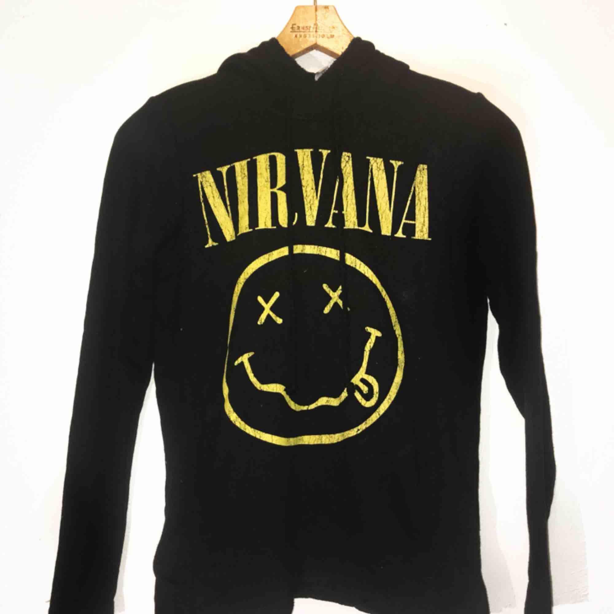 Nirvanakofta med huva från H&M. Aldrig använd så i toppskick💖   💙Fraktar & möter upp💙 FRAKT INGÅR. Huvtröjor & Träningströjor.