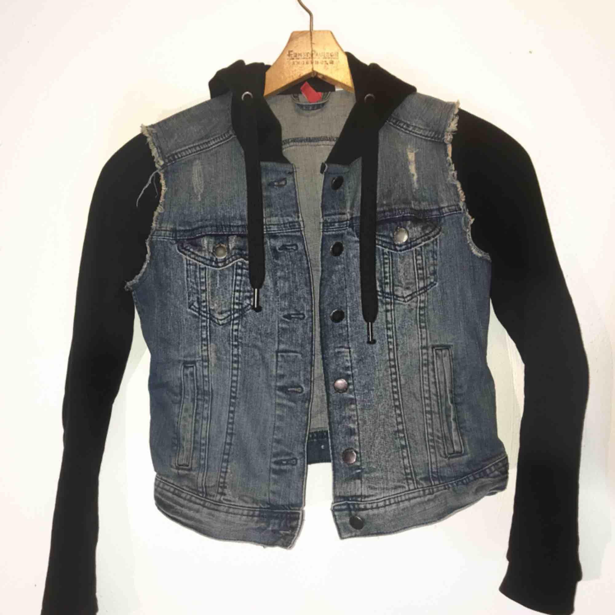 """Jacka/kofta med """"inbyggd"""" jeans-väst! Superskönt material, väldigt snygg passform!! Väldigt fint skick.  💖Köpt för 699:-💖  💙Fraktar & möter upp💙. Jackor."""