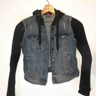 """Jacka/kofta med """"inbyggd"""" jeans-väst! Superskönt material, väldigt snygg passform!! Väldigt fint skick.  💖Köpt för 699:-💖  💙Fraktar & möter upp💙"""