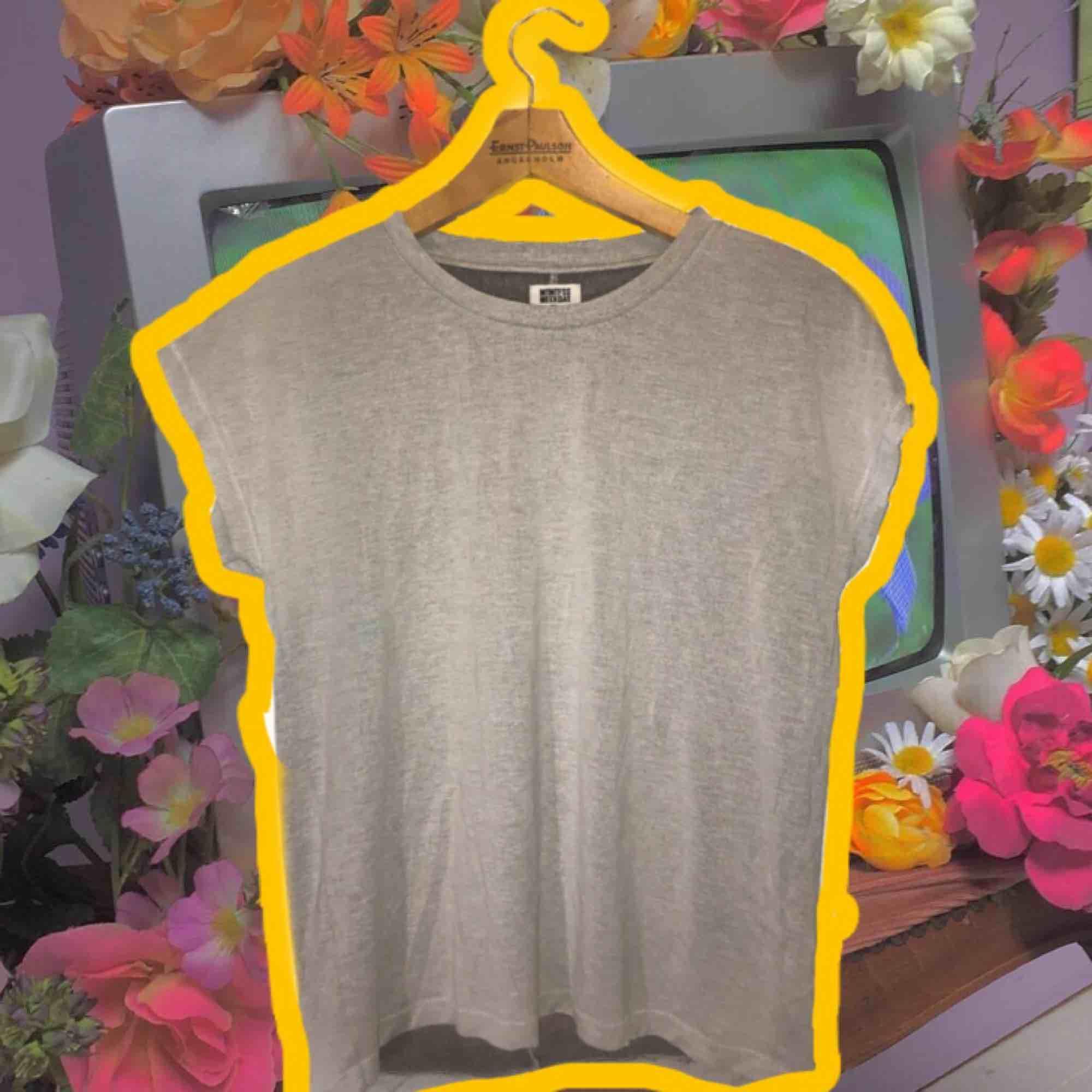 🧡💛Basic, grå tröja från Weekday. Supermysigt material, faller väldigt snyggt på. 💛🧡Fraktar & möter upp!. T-shirts.