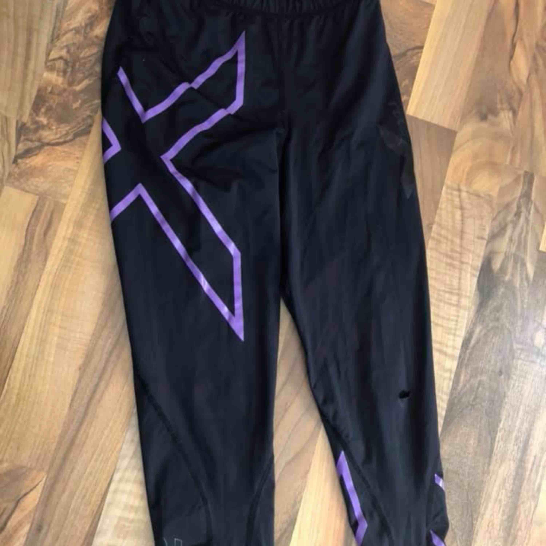 2xu tights, fint skick bortsett från ett litet hål på ena knät. Går att laga. Jeans & Byxor.