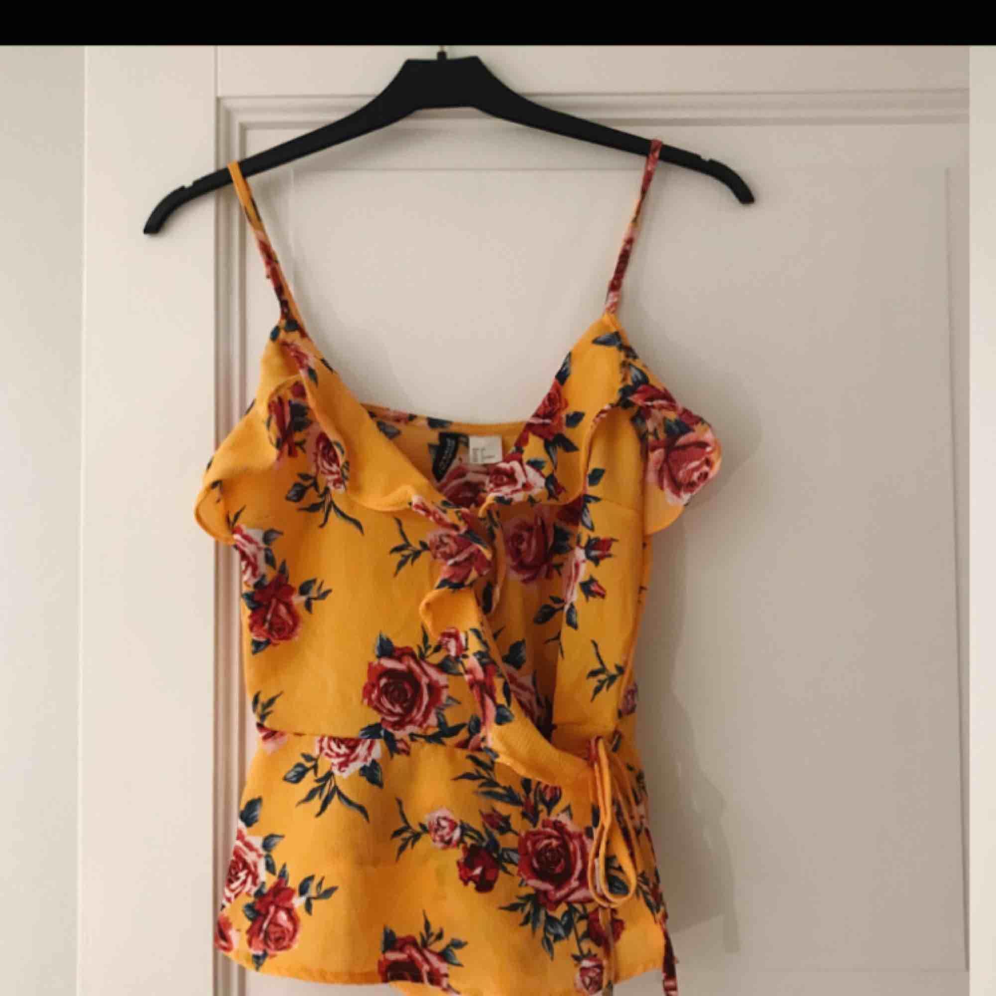 En jättefin blus från H&M köpt här på Plick, säljes då den tyvärr inte passar mig.. kan skickas mot fraktkostnad på 39kr. Toppar.