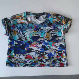 Kortare tröja från Monki säljes pga använder den aldrig, fint skick och coolt mönster! Kan skickas men köparen står för frakt👏 Betalas med swish🎉
