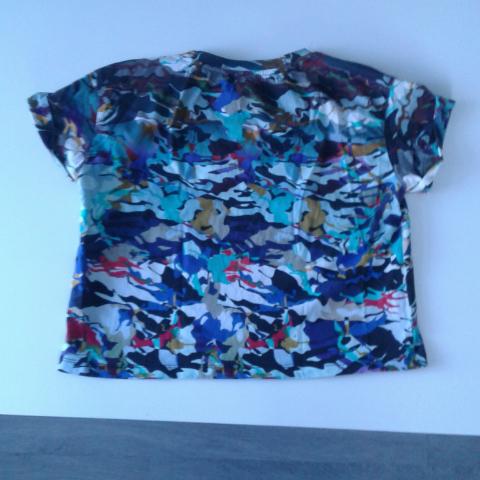 Kortare tröja från Monki säljes pga använder den aldrig, fint skick och coolt mönster! Kan skickas men köparen står för frakt👏 Betalas med swish🎉. T-shirts.