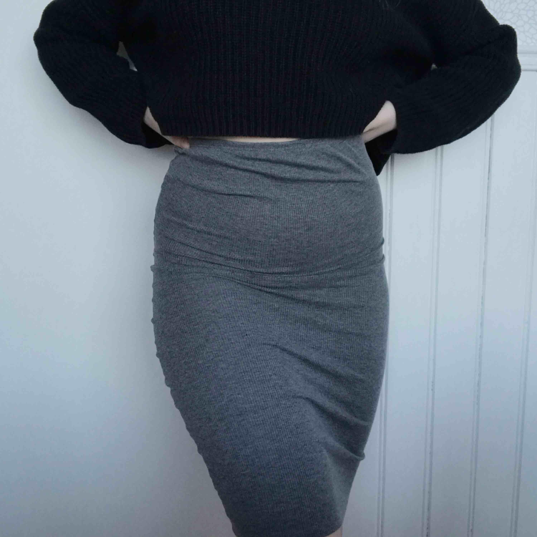 """Väldigt skön knälång kjol i ett """"randigt"""" ribbat material. Väldigt stretchig så skulle även passa en S, och en liten M (jag är det). Pris kan självklart disskuteras🥰 Möts upp i Gävle eller fraktar då köparen står för frakten (18kr). Kjolar."""
