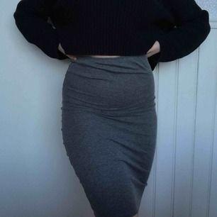 """Väldigt skön knälång kjol i ett """"randigt"""" ribbat material. Väldigt stretchig så skulle även passa en S, och en liten M (jag är det). Pris kan självklart disskuteras🥰 Möts upp i Gävle eller fraktar då köparen står för frakten (18kr)"""